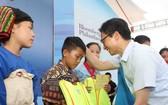 武德膽副總理贈送救生衣給少數民族貧困學生。