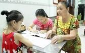 六婆盡心盡力教導小學生們。
