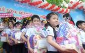 在典禮上,校方獎勵各班優秀生、模範生。