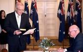 澳洲總理莫里森(站立)在總督科斯格羅夫面前宣誓就職。(圖源:AFP)