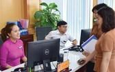 自6月1日起,承天-順化省的公立單位所屬幹部、人員在上班時間不得戴耳機聽音樂、看電影、玩遊戲和使用各種個人娛樂設備。(示意圖源:高進)