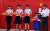 朱學光董事長向各畢業班代表頒發畢業證書。