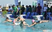 富潤郡小學生游泳天資隊參與游泳技能檢測。