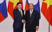 政府總理阮春福(右)會見老撾總理通倫‧西蘇里。(圖源:越通社)