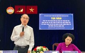 黨中央政治局委員、市委書記阮善仁(左)在會上致詞。(圖源:國定)