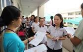 考生進入第四郡阮友壽學校考場準備考試。(圖源:互聯網)