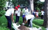 代表們在動物園一起參加植樹。(圖源:越通社)