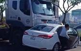 計程車被牽引車推行逾10米才停下來時,一名男乘客馬上打開車門逃出車外。(圖源:視頻截圖)