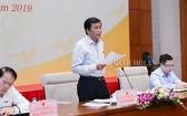 國會秘書長、國會辦公廳主任、編纂組主任阮幸福(中)主持會議並發言。(圖源:Quochoi.vn)