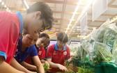 紅色鳳凰花志願者嘗試當超市人員。