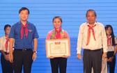 政府常務副總理張和平給少兒頒獎。(圖源:越通社)
