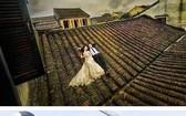 在會安古埠的古屋頂上拍婚照是侵犯遺跡的行為。