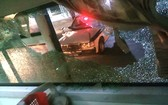 臥鋪客車遭人擲石頭砸破玻璃窗,導致一名女乘客受傷。(圖源:CTV)