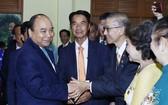 阮春福總理看望越南駐泰國大使館幹部。(圖源:越通社)