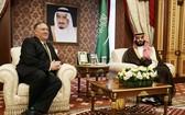 美國務卿蓬佩奧(左)與沙特王儲穆罕默德‧薩勒曼會面。(圖源:路透社)
