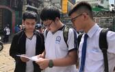 文朗學校華人考生考試後互相交流。