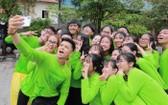 歌手仲孝(持手機者)與VNTC的志願員們自拍。