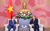 國會對外委員會主任阮文饒(右)接見哈薩克斯坦共和國駐越南大使埃蘭‧拜扎諾夫閣下。(圖源:Quochoi.vn)