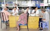 醫生們正給病人診治病。