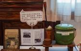 華人讀者給麒麟贈送的老堤岸資料和實物。