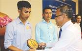 市委民運處主任阮友協向出色勞動者頒發紀念章。(圖源:互聯網)