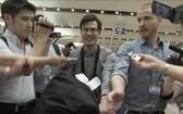 澳洲籍留學生亞歷克‧西格利(中)4日獲釋後,從朝鮮飛抵北京機場。(圖源:AP)