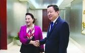 國會主席阮氏金銀(左)拜訪蘇州市委書記周乃翔。(圖源:VOV)