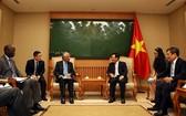 政府副總理、外交部長范平明(右三)接見駐越南聯合國首席代表卡瑪勒‧馬特拉與世界銀行駐越南首席代表、合作發展各國大使組同主席奧斯曼奧迪。(圖源:VGP)