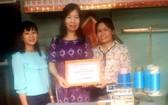 華人婦女黃玉華獲送縫紉機。