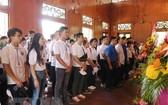 夏令營各代表在胡志明主席紀念館上香獻花,表達崇高追思及敬意。(圖源:越通社)