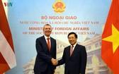 政府副總理、外交部長范平明(右)會見拉脫維亞外長埃德加斯‧林克維奇斯。(圖源:VOV)