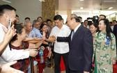 政府總理阮春福(右二)與病人及家屬握手。(圖源:Chinhphu.vn)