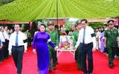 國會主席阮氏金銀與代表團進行追悼和送別烈士遺骸回到第八十二丘國家烈士陵園最後安息之處的儀式。(圖源:仲德)