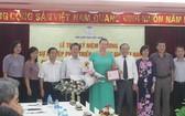 """俄羅斯""""和平之路""""國際基金主席烏姆諾瓦‧伊琳娜‧安納托利耶夫納教授(中)榮獲""""為越南法學家協會發展事業""""紀念章。(圖源:P.Mai)"""