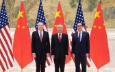 中美雙方將於7月30日起在上海舉行中美高級別經貿磋商。圖為劉鶴(中)與美方代表。(圖源:新華社)