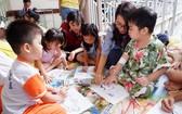除了講故事外,志願者還指引病童畫畫。
