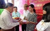 蘇氏宗祠理事長蘇漢光向各優秀生頒獎。