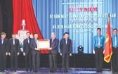 政府總理阮春福向越南勞動總聯團頒授胡志明勳章。(圖源:互聯網)