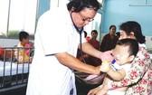 醫生正給氣道梗塞的病童看病。