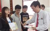 陳浩永理事長向優秀生頒發獎品。