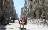 坐在廢墟中的一個敘利亞孩子。(圖源:路透社)