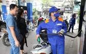 財政與工商聯部決定從昨(1)日下午3時起,E5 RON92汽油每公升調降377元,RON95-III汽油每公升調降316元。(示意圖源:寡沙)