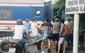 鐵路事故導致路經芽莊市西部的1C號國道路段受堵數個小時。(圖源:K.Nam)