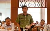 慶和省公安廳參謀長潘文強上校在新聞發佈會上回答記者提問。(圖源:維清)