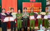 南定省公安廳領導向所屬業務單位的5名幹部、戰士表彰。(圖源:陲楊)