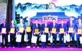 理事會同仁接受40週年紀念章。
