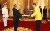 黨中央總書記、國家主席阮富仲(左)接受泰國王國特命全權大使塔尼‧桑加特遞交國書。(圖源:越通社)