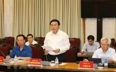 黨中央書記、胡志明國家政治學院院長、中央理論委員會主席、文件小組常務處阮春勝同志(中)主持座談會並發表講話。(圖源:越通社)