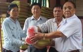 鄭氏宗祠榮譽理事長鄭紹明(右一)向宗親派發盂蘭節禮物。