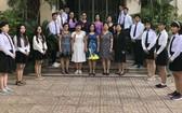 福中外語中心校委、老師與應屆高中生合照。